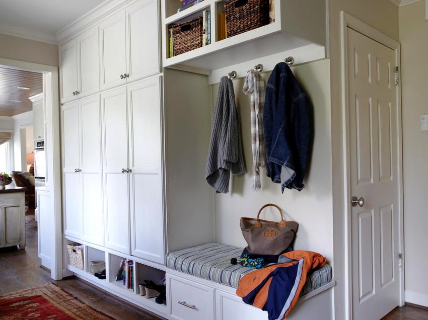 Самое важное место в прихожей занимает шкаф, конструкция данного предмета мебели может быть самой разнообразной