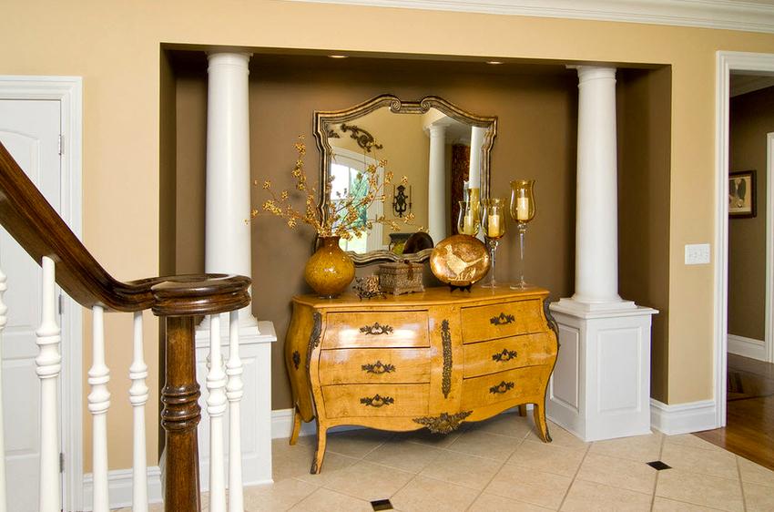 Создать элегантный дизайн в стилях контемпорари и арт-деко можно с помощью зеркальной консоли в серебряной раме