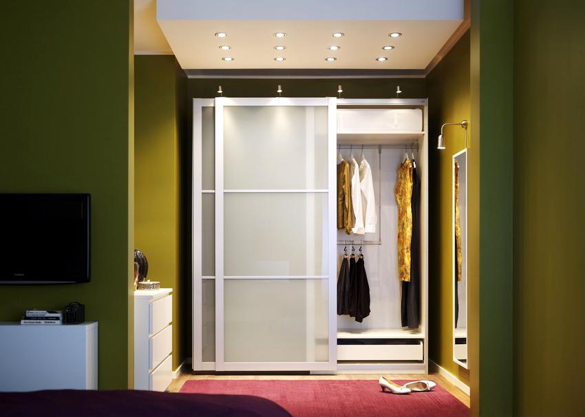 В большинстве случаев проблему маленького помещения способен решить шкаф-купе