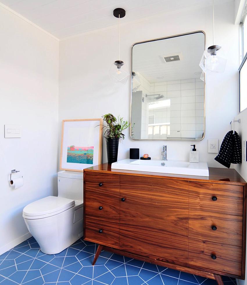 Для отделки туалета можно использовать плитку, штукатурку, обои и панели