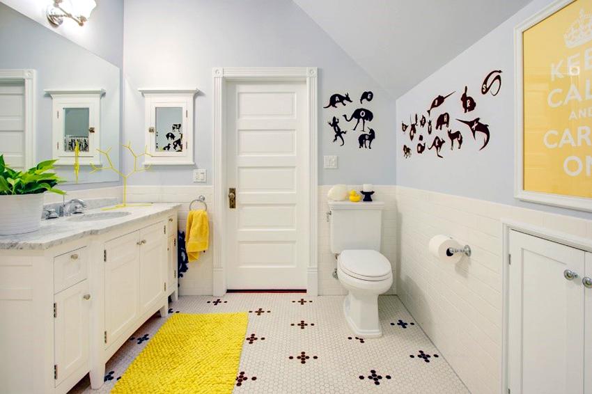Просторные туалеты позволяют установить не только раковину, но и вместительный шкаф или тумбу