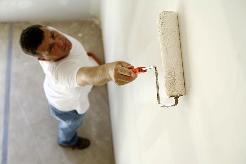 Перед гидроизоляцией стены необходимо обработать грунтующим составом