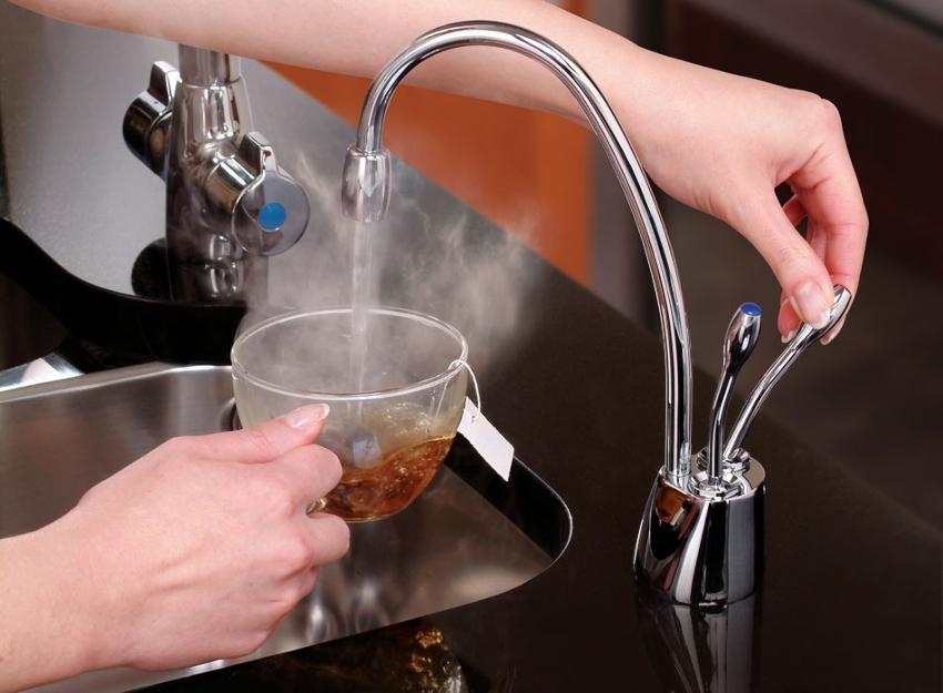 Минимальный показатель температуры жидкости в горячем водопроводе – 65 °C