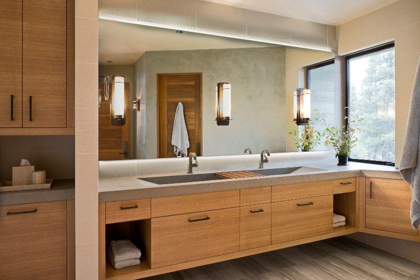 Навесной шкаф в туалете позволяет разумно организовать пространство в помещение