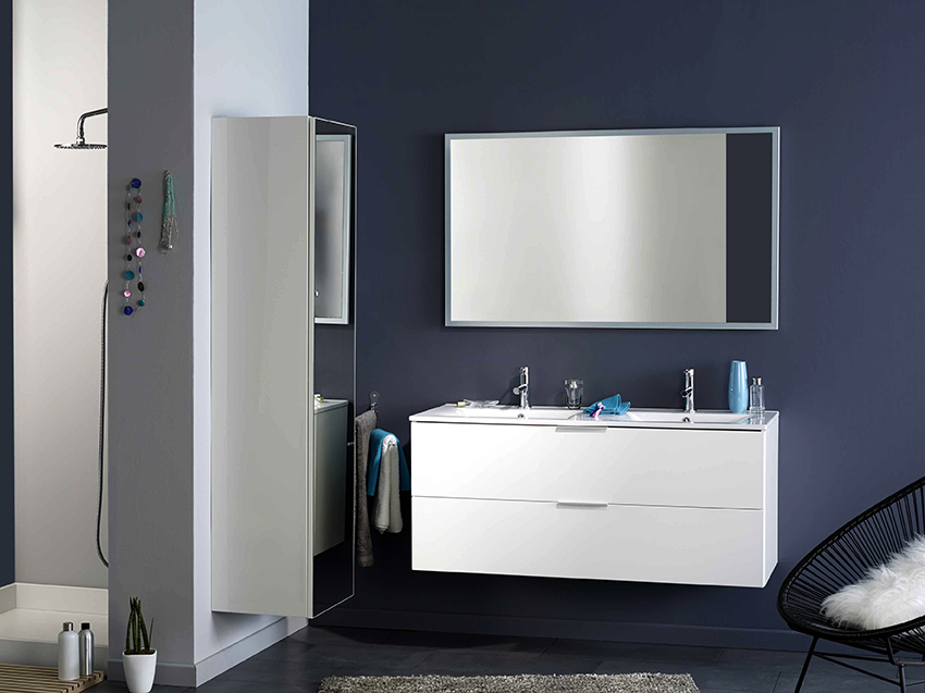 Навесной шкаф с зеркальными дверями станет функциональным элементом ванной