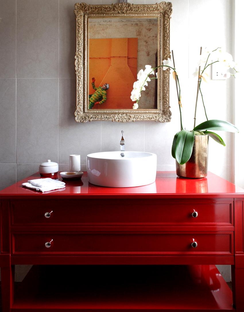 Напольные шкафы в ванную могут быть на колесиках, с ножками или без них
