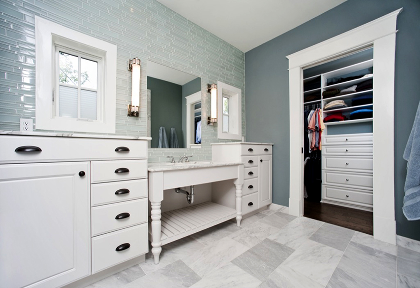 Шкаф должен соответствовать по цвету и стилю интерьеру ванной