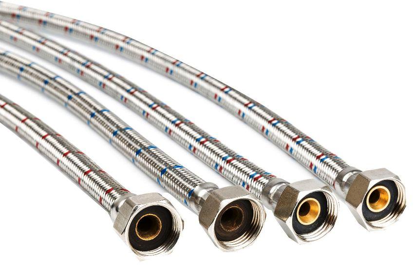 Гибкая подводка из нержавейки представлена двумя вариантами: шлангами с фиксированной длиной и складными, которые можно растягивать