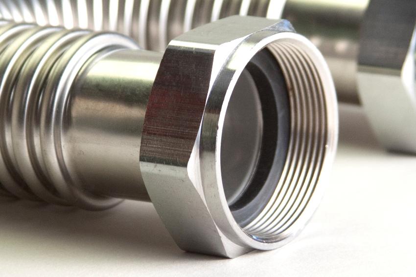 Для подключения к смесителям сильфонные шланги должны иметь специальные трубки малого диаметра с наружной резьбой