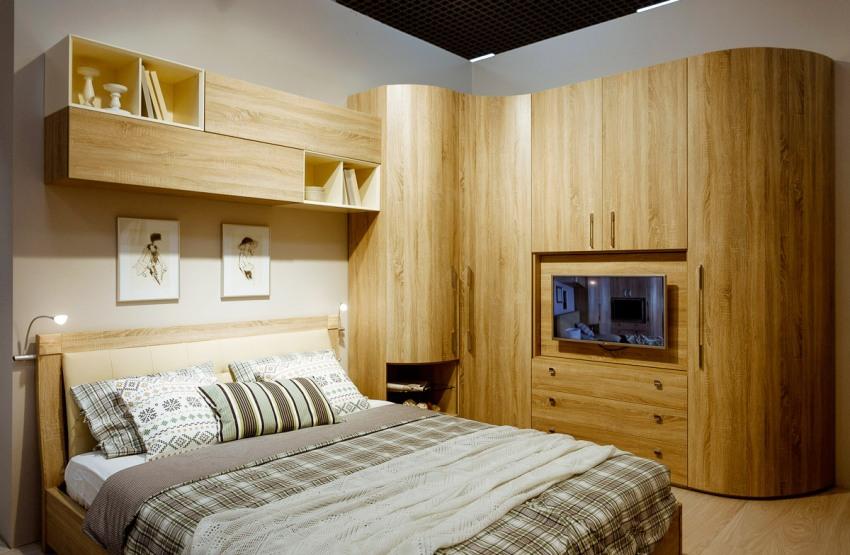 Стенка является довольно практичным и функциональным предметом интерьера спальни
