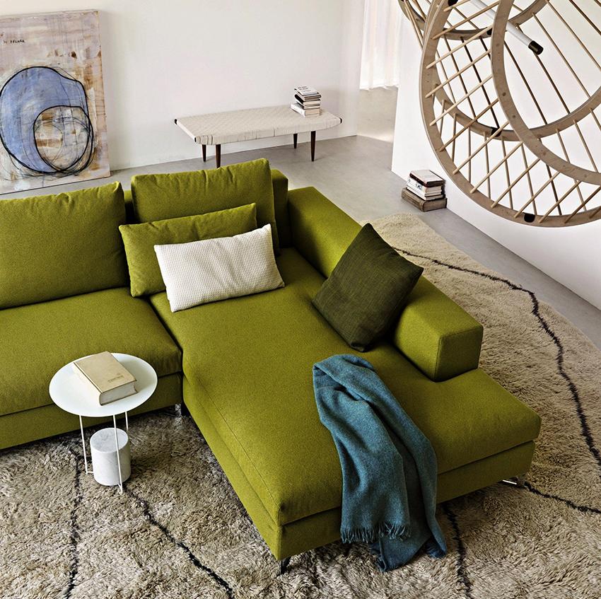 Для помещения со светлой однотонной отделкой можно приобрести яркий эффектный диван