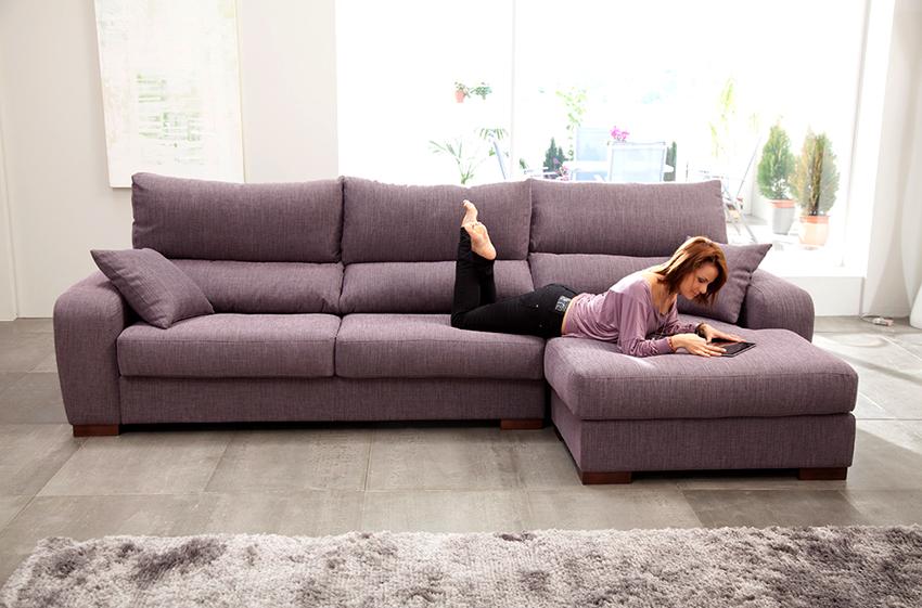 Самым большим спросом у покупателей пользуются угловые диваны среднего размера