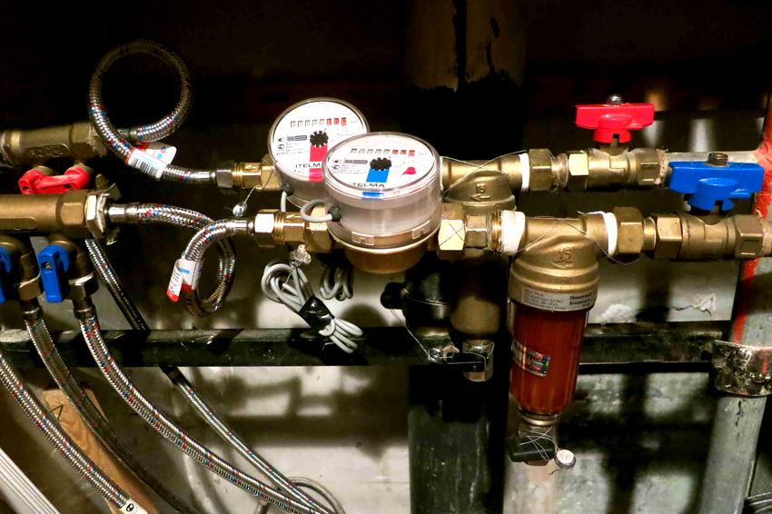 Перед началом работы по врезке водоизмерительного приспособления в водопроводную коммуникацию необходимо перекрыть стояк подачи носителя