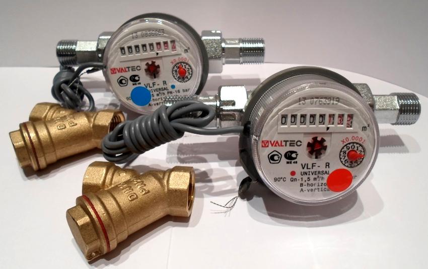 В зависимости от источника энергии, расходуемого для функционирования прибора, выделяют две группы: энергонезависимые и энергозависимые