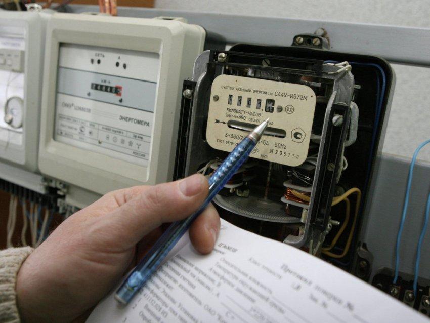 В зависимости от количества фаз счетчики электроэнергии бывают однофазные и трехфазные