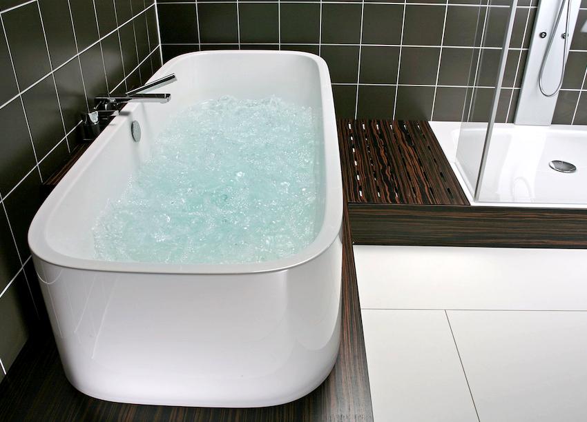 Высокие эстетические характеристики позволяют отдельностоящую ванну установить в любой части комнаты