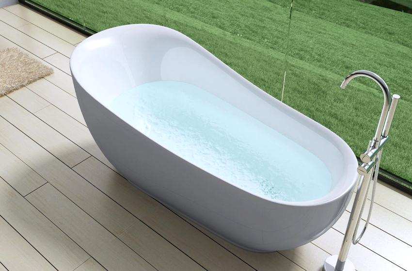 Важным элементом в оформлении любой ванны является смеситель, который не только наполняет чашу водой, но и играет эстетическую роль