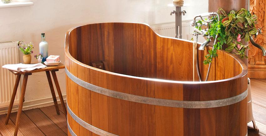 Расположение ванны посреди комнаты обеспечивает максимально свободный доступ к ней с разных сторон