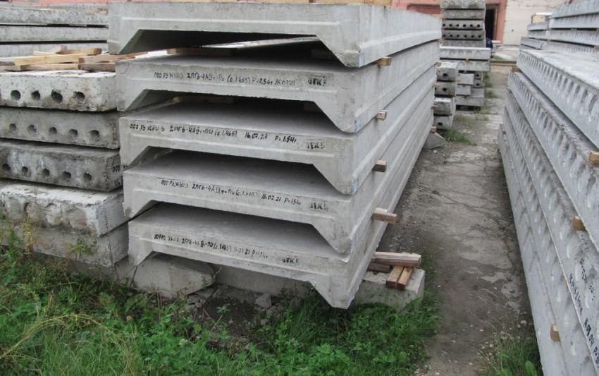 Ребристые плиты – это сплошные изделия с ребрами в одном или двух вертикальных направлениях