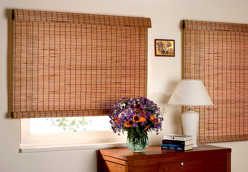 Рулонные жалюзи изготавливают из тонких древесных полос или бамбука