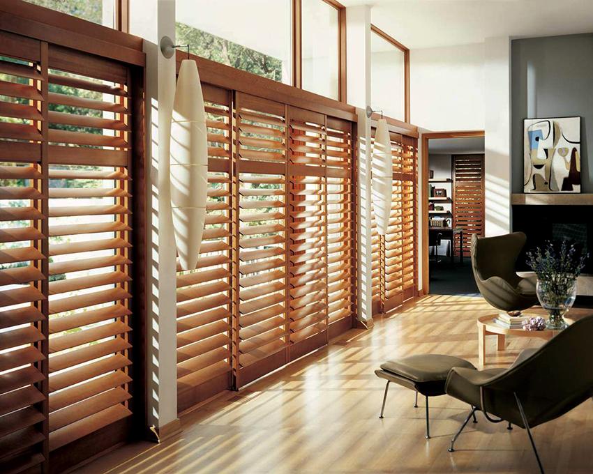 Деревянные жалюзи отлично смотрятся в помещениях разных стилевых направлений