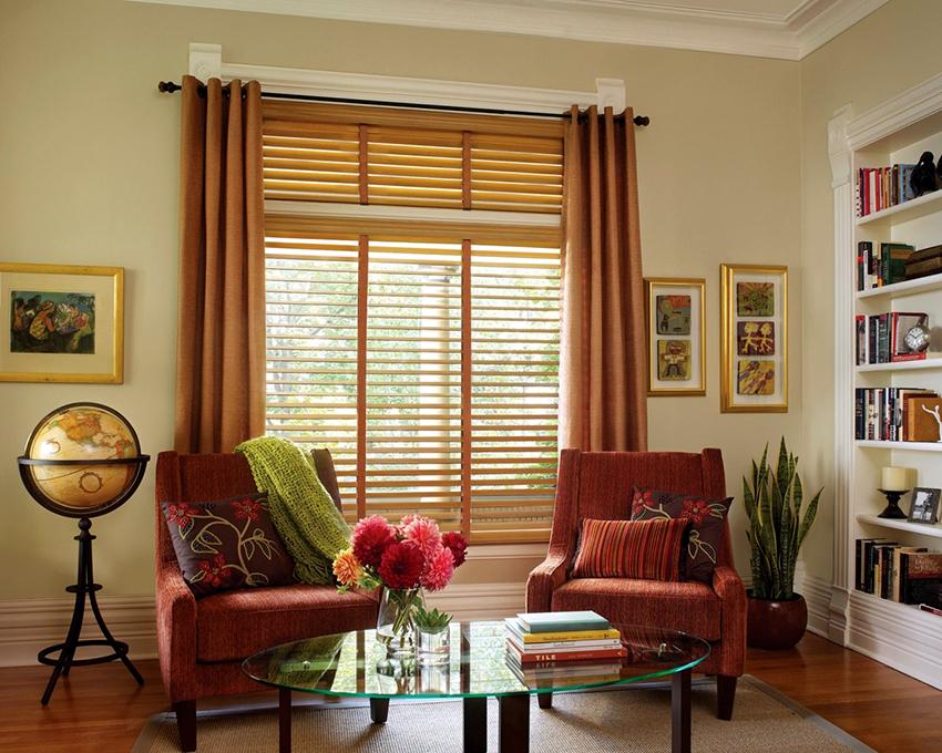 Деревянные жалюзи уместно дополнить красивыми шторами или занавесками