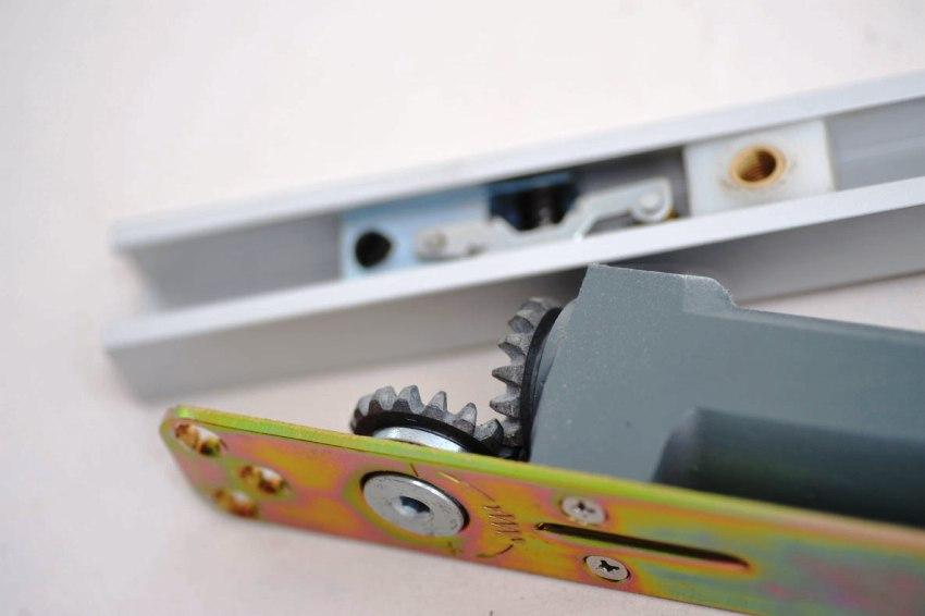 Доводчик может выйти из строя из-за сильного воздействия на него при быстром открывании или закрывании дверей