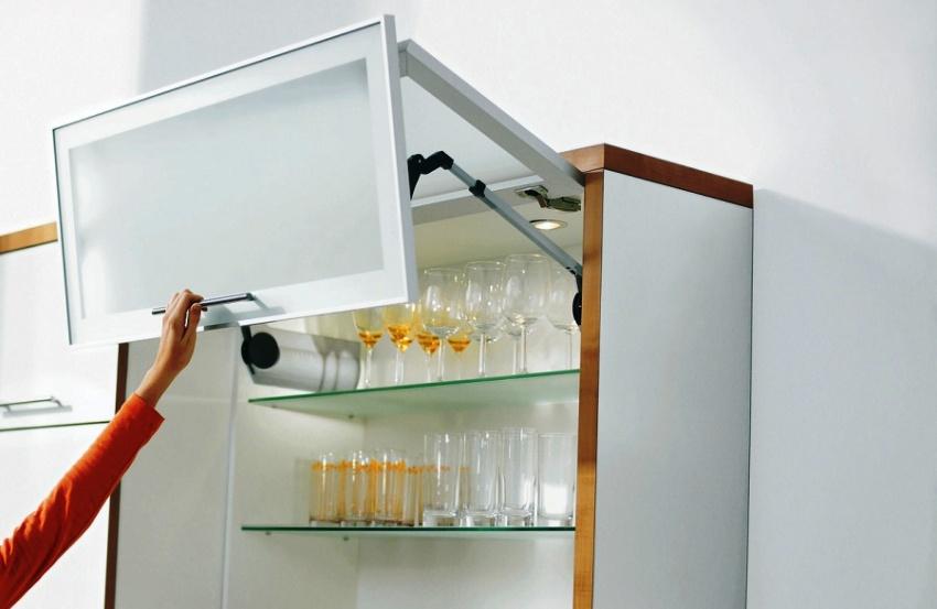 Доводчики для кухонных шкафов бывают 4 видов: пружинные, пружинно-масляные, газовые и электрические