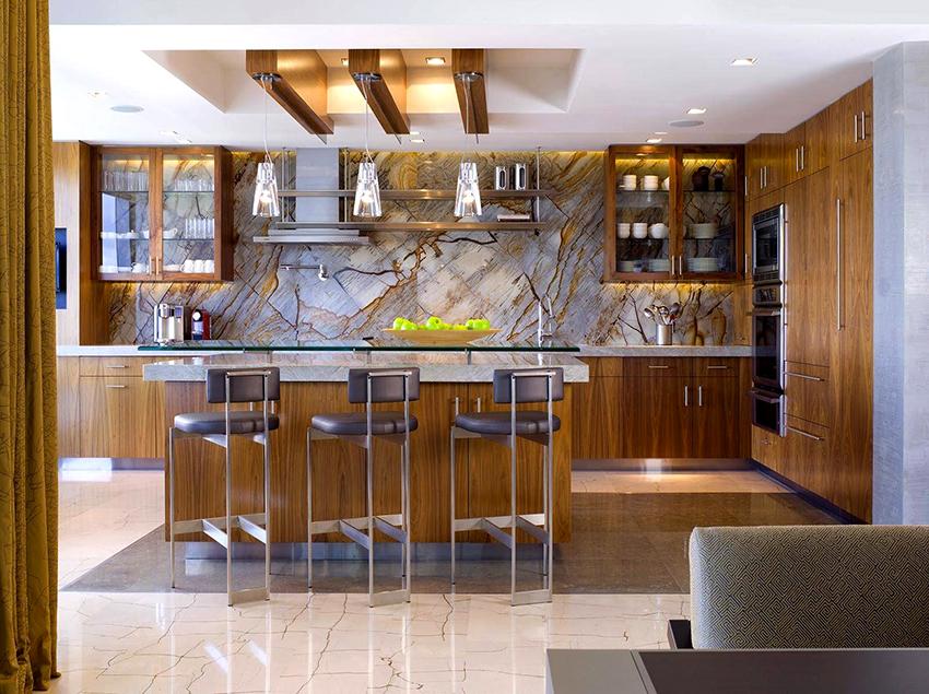 Фартук из оникса стоит довольно дорого, но при это потрясающе смотрится в интерьере кухни