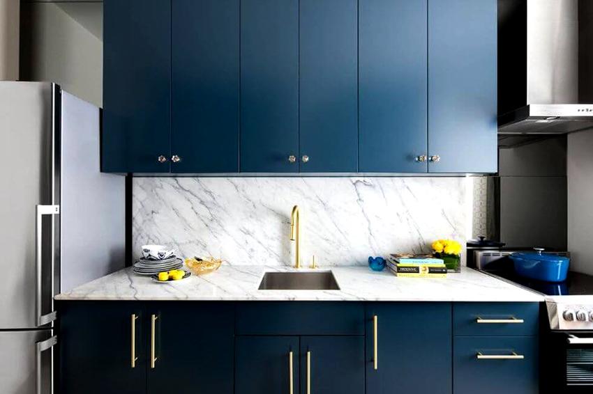 Фартук на кухне может быть выполнен из натурального или искусственного камня