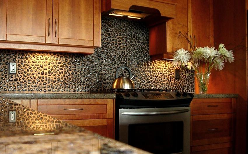 Красивый кухонный фартук своими руками можно сделать из морской гальки