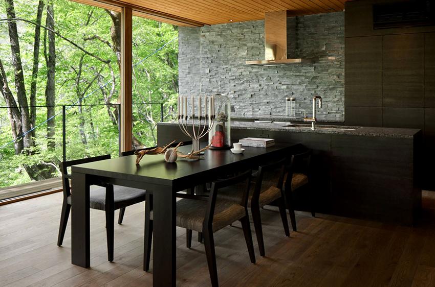 Фартуки делают из стекла, пластика, камня, металла, плитки и других материалов