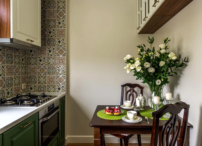 Фартук в виде мозаики не теряет своей актуальности, так как выглядит ярко и стильно