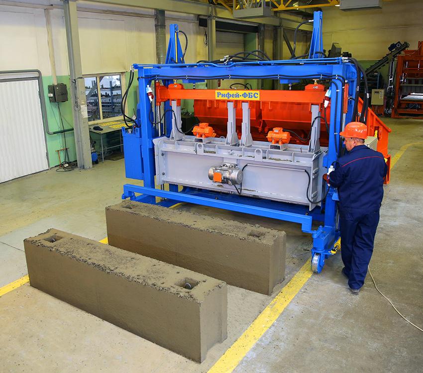Жидкая субстанция проходит процесс вибрирования в специальной машине