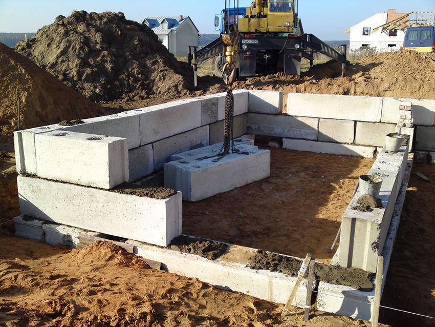 Подбирать ширину блоков следует исходя из толщины стен постройки