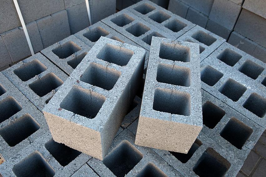 Шлакоблоки делают из шлака с добавлением битого кирпича, песка, гравия, щебня, опилок и перлита