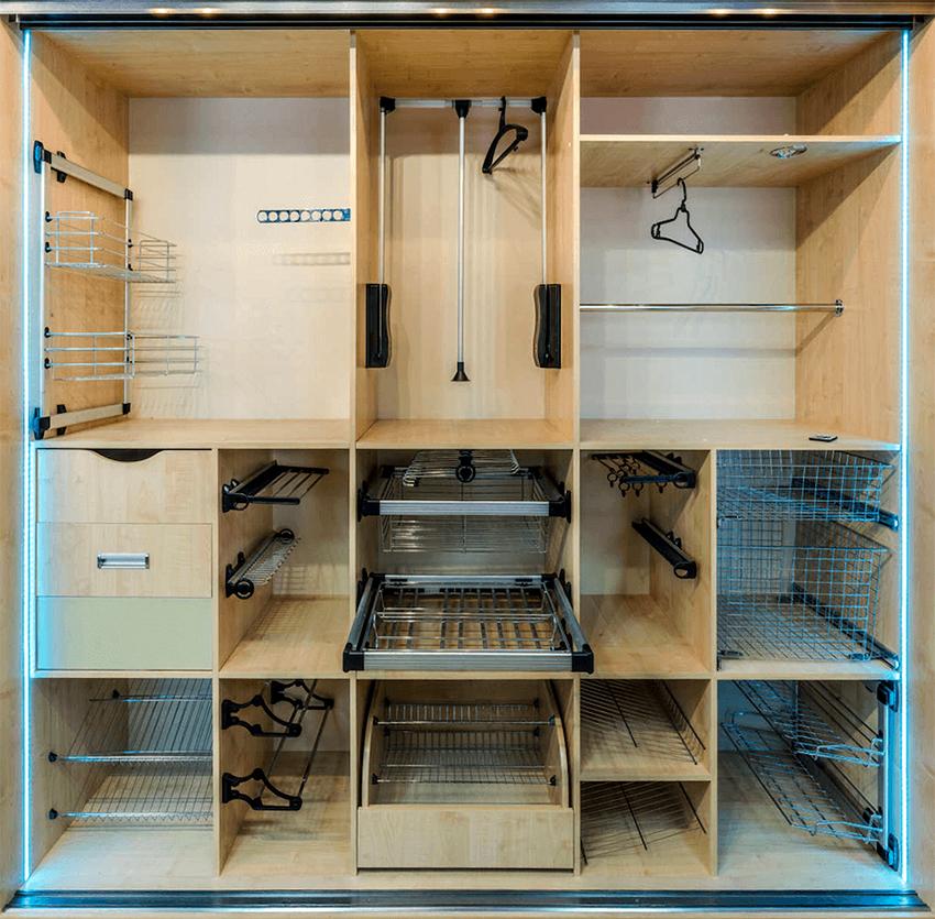 Внутреннее наполнение шкафа-купе может быть разнообразным, в зависимости от пожеланий и нужд клиента