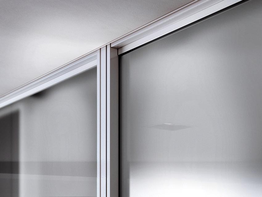 Профили для дверей шкафов-купе изготавливают из алюминия или стали