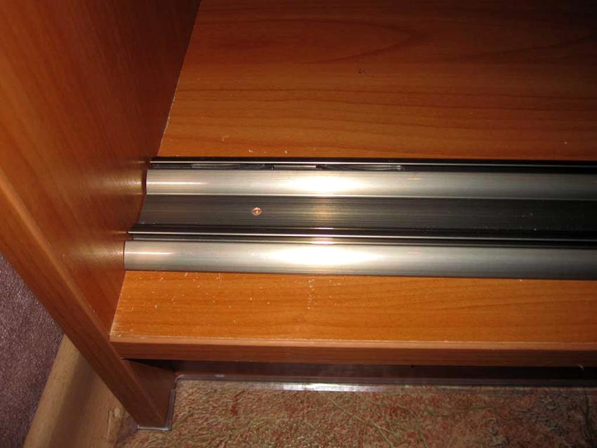 Направляющие для шкафов-купе делают из пластика, стали или алюминия