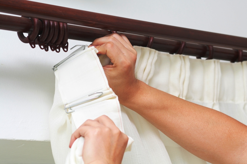 Для натяжного потолка лучше выбирать настенный тип карниза