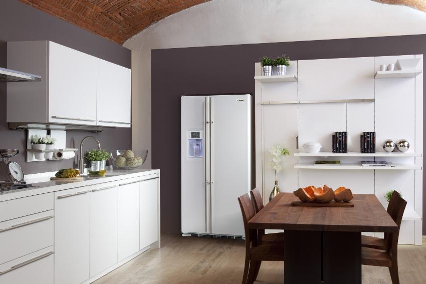 Главной особенностью холодильников side by side является то, что отделения расположены рядом