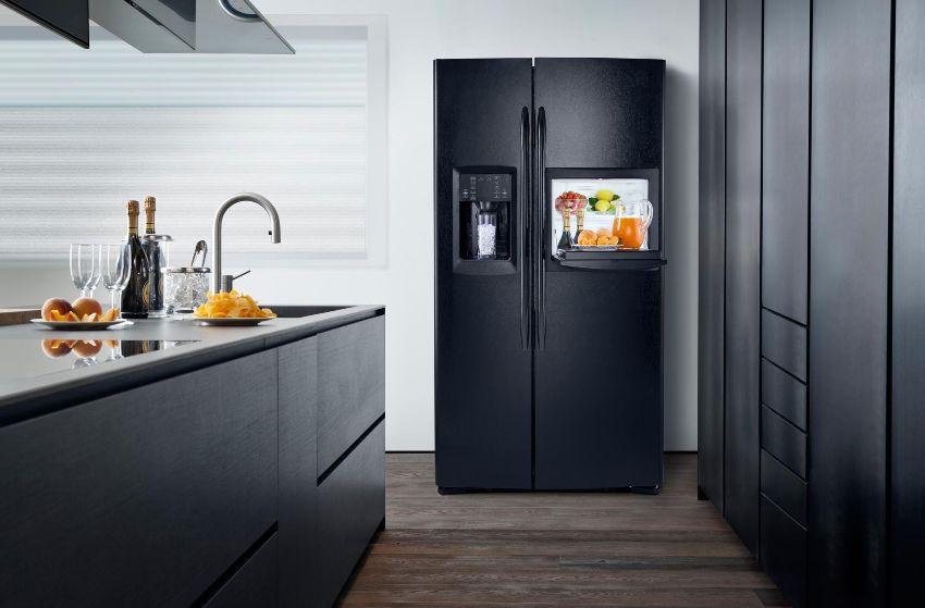 Расположение холодильной и морозильной камер обеспечивает удобное размещение продуктов и оптимальный обзор внутреннего пространства