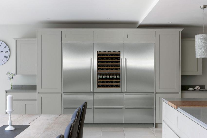 Некоторые модели side by side могут быть оснащены лёдогенератором, специальной зоной свежести, а также отделением для хранения изысканного вина