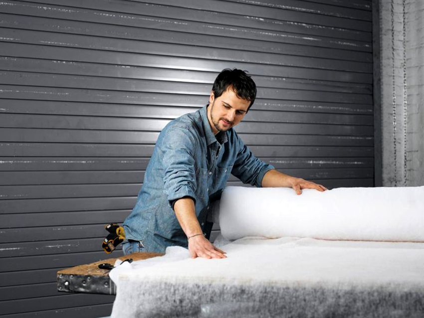 Для мягкого изголовья понадобятся фанера, поролон или синтепон, ткань для обивки, а также инструменты