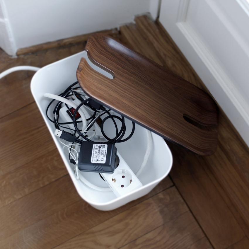 Спрятать провода можно в специальных декоративных коробках, которые подбираются под цвет пола или мебели
