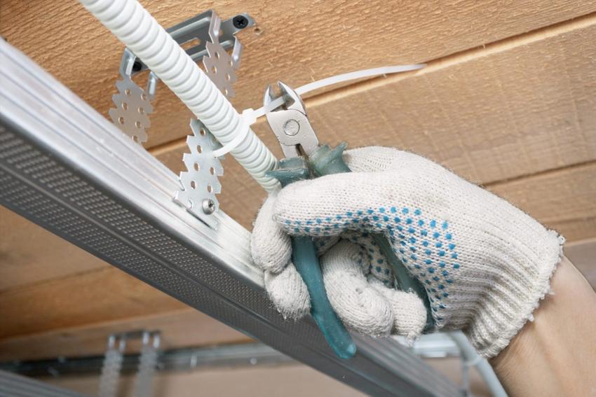При использования подвесных или натяжных потолков спрятать кабель намного проще, чем в случае с бетонным перекрытием