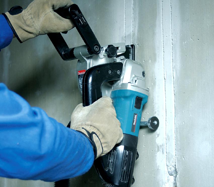 Чтобы спрятать на стене провода закрытым способом придется выполнить штробления стены