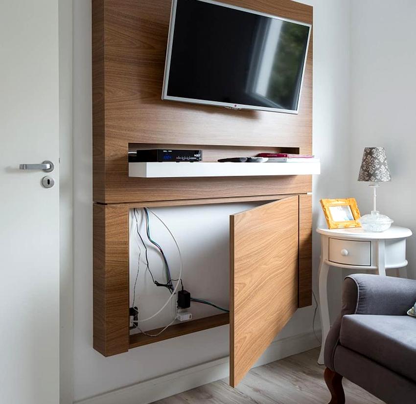 Декоративные панели из дерева или пластика помогают спрятать провода от телевизора установленного на стене
