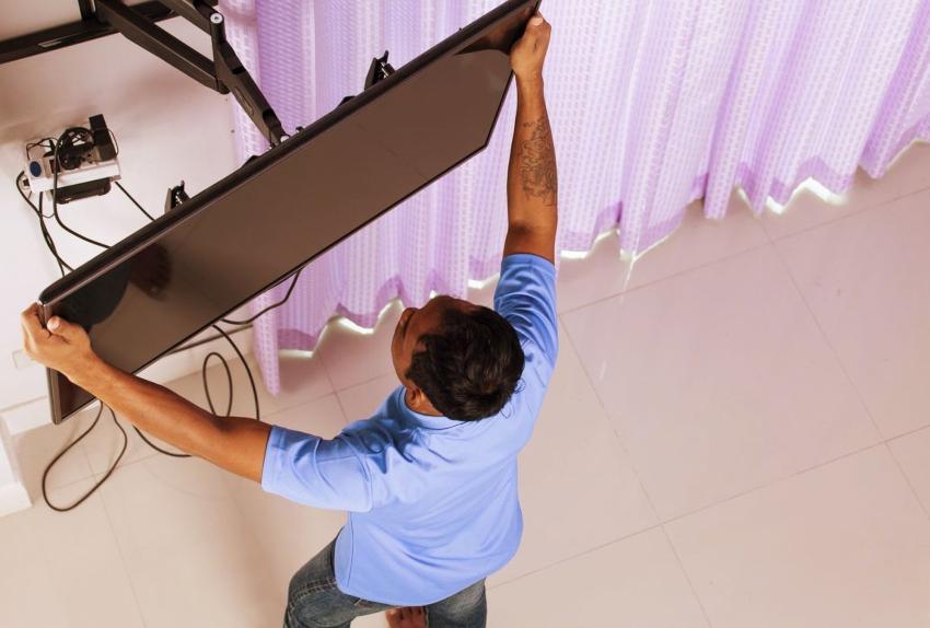 Монтаж телевизора на стену позволяет сэкономить пространство и средства на покупку мебели под устройство