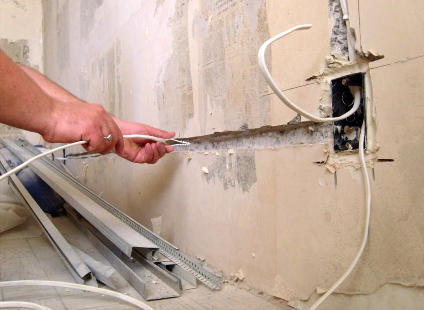 В подготовленные каналы прокладываются провода, предварительно скрепленные пластиковыми скобами